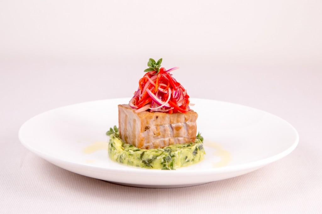 tonno scottato su sformato di zucchine e cipolle di tropea