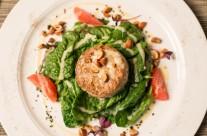 Steak tartare scottata con spinacini, vinaigrette alla senape di Dijon e mandorle tostate